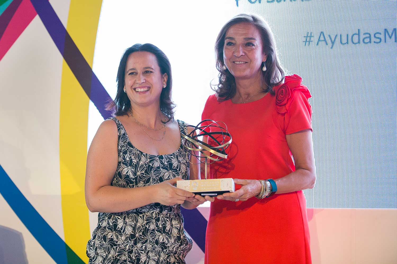 Dra. Llufrio y Carmen Vela  premiada Esclerosis Múltiple 2017