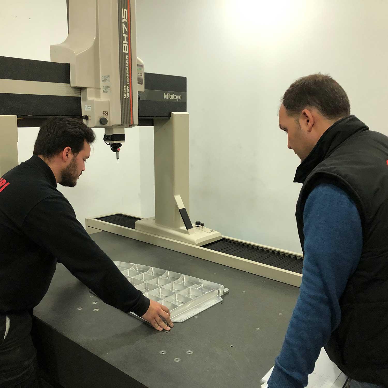 Jefe de Calidad y operario verificando la configuración tridimensional de un producto
