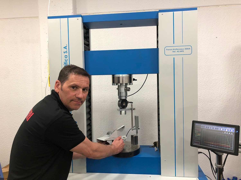 Jefe de Taller verificando montaje de rótulas en sala de montajes