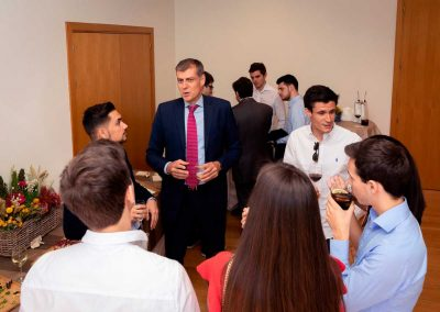 Acto de entrega de premios 2019 'Las cuentas cuentan'. Presidente de Auditores Madrid departiendo con estudiantes tras finalizar el acto